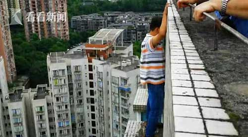 男子梦游到32楼天台